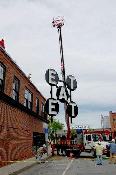 Robert Indiana, EAT, 1964, Diameter 72 inches each letter, Painted and electrified steel, Collection of the artist, © Artists Rights Society (ARS), New York. Photo by David Troup.