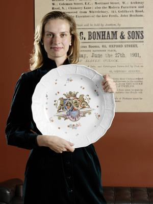 Ein Vertreter von Bonhams zeigt eines der Chinesischestil Beispiele aus der Hoffmeister Sammlung des Meissner Porzellans aus dem 18. Jh. Foto von Bohnams.