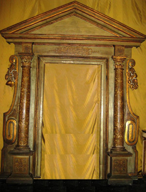 Architectural elements include this 17th-century Italian portal in green paint and parcel gilt. Standing more than 12 feet high and 7 1/2 feet wide, it carries an $8,000-$12,000 estimate. Image courtesy of Tepper Galleries.