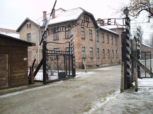 The sign above the entrance to Auschwitz was stolen early Friday. Image courtesy of Wikimedia Commons.