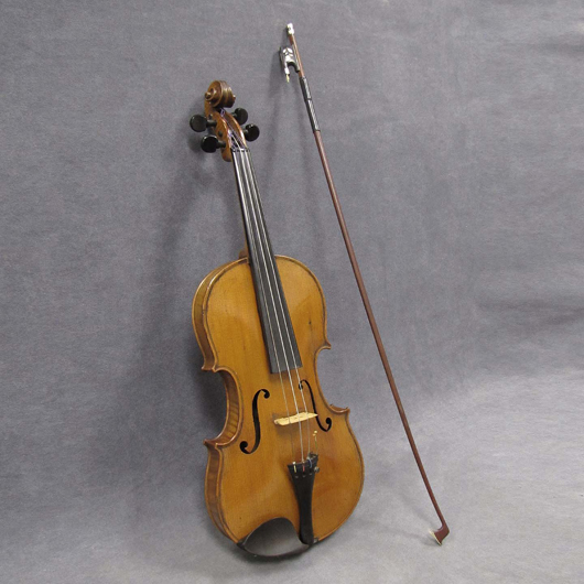 1916 George Washburn labeled violin #4015 with Meili hard case and bow. Estimate $500-$800. Image courtesy William Jenack Auctioneers.