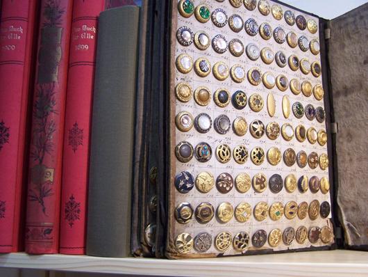 Ein Schatz im Regal: Melzers Antiquarium, Lüdenscheid, brachte nicht nur schön gedruckte Bücher zur Leipziger Antiquariatsmesse, sondern auch ein Knopf-Muster-Buch von ca. 1890, Preis bei 2.400 Euro. (Photo von Heidi Lux).