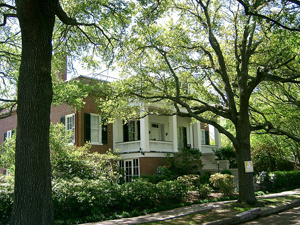 The Parsonage, a historic home in Natchez, Mississippi. Image courtesy PRA, licensed under Creative Commons Attribution-Share Alike 3.0 Unported License.