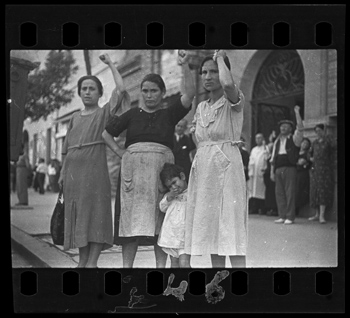 Gerda Taro [Spectators at the funeral parade of General Lukacs, Valencia], June 16, 1937. Negative. Copyright International Center of Photography, Collection International Center of Photography.