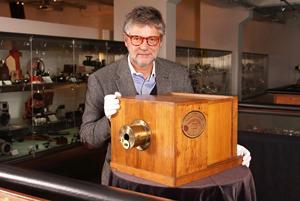 Peter Coeln, WestLicht-Gründer mit dem 'Daguerreotype Giroux' von 1839. Die erste kommerzielle verkaufte Kamera erzielte 732.000,00 Euro im Mai 2010 bei Westlicht. Foto höflichst von WestLicht überlassen.