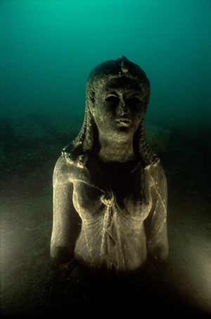 One of the finest finds from the bay of Aboukir is a Graeco-Egyptian product of the Ptolemaic era – a statue of a Ptolemaic queen in black granite. The 7-foot-tall statue is most likely a representation of Cleopatra II or Cleopatra III, dressed as goddess Isis. © Franck Goddio/Hilti Foundation, photo: Christoph Gerigk.