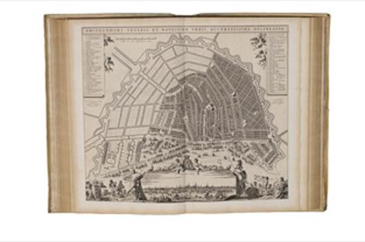 Eine DeWit Ausgabe aus dem siebzehnten Jahrhundert des Kartenzeichners Joan Blaeu 'Stedenboek' oder Städteatlas, erzielte 340.000 EUR bei Adams Amsterdam. Photo freundlichst überlassen von Adams Amsterdam.