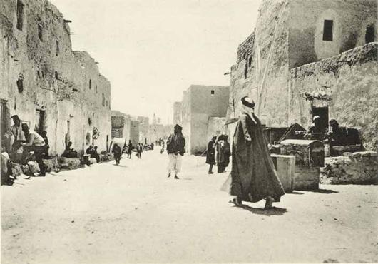 Peter Kiefer bemerkt, dass qualitativ hochwertige alte Reiseprotokolle sehr gefragt sind, wie 'Bilder aus Palästina, Nord-Arabien und die Sinai' von B. Moritz, welche für 16.000 EUR verkauft wurden. Photos freundlichst überlassen von Kiefer Buch und Kunst Auktionen, Pforzheim.