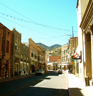 Brick storefronts build in the early 1900s line Bisbee's Main Street. Image courtesy of Wikimedia Commons. This work is licensed unter the Creative Commons Attribution-ShareAlike 3.0 license.