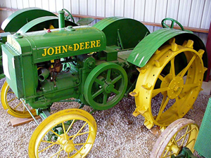 The Deere Model D, produced from 1923 to 1953, boasts the longest production span of all the two-cylinder John Deere tractors. Over 160,000 were made. This one was manufactured prior to 1926. This file is licensed under the Creative Commons Attribution-Share Alike 3.0 Unported license. Attribution: Artiez at the English language Wikipedia.