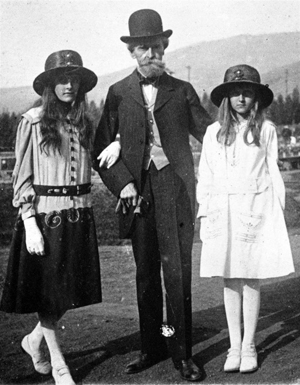 Huguette Clark (right) circa 1917 in Butte, Mont., with her sister Andrée (left) and her father William A. Clark. Image courtesy of Wikimedia Commons.