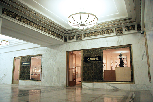 The elegant entrance to Hong Kong Auction Gallery at the Lefcourt Colonial Building, 295 Madison Ave., in New York City. Image courtesy of Hong Kong Auction Gallery.