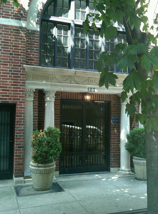 The stylish entrance to Keno Auctions' Upper East Side gallery at 127 E. 69th St. in Manhattan. Image courtesy of Keno Auctions.