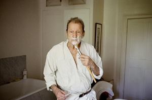 Lucian Shaving, 2006, © David Dawson courtesy Hazlitt Holland-Hibbert.