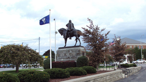 A statue of cavalry soldier Gen. George Armstrong Custer stands at a busy intersection in Monroe, Mich. Image courtesy Wikimedia Commons.