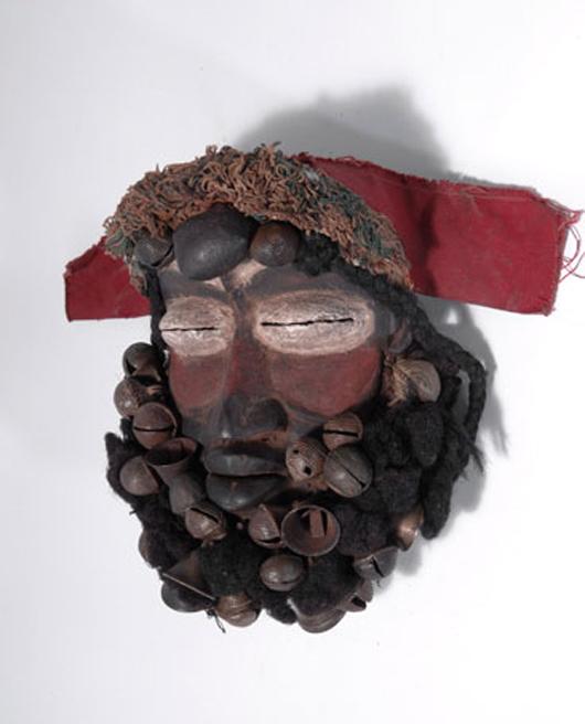 Quittenbaum Kunstauktionen plant seine nächste Auktion für afrikanische Stammeskunst für den 26.Juni. Die Guere, Liberische Maske, aus Holzfasern und Glocken, holte 4.400 Euro zur Stammeskunstauktion in 2010. Foto mit freundlicher Genehmigung von Quittenbaum Kunstauktionen.