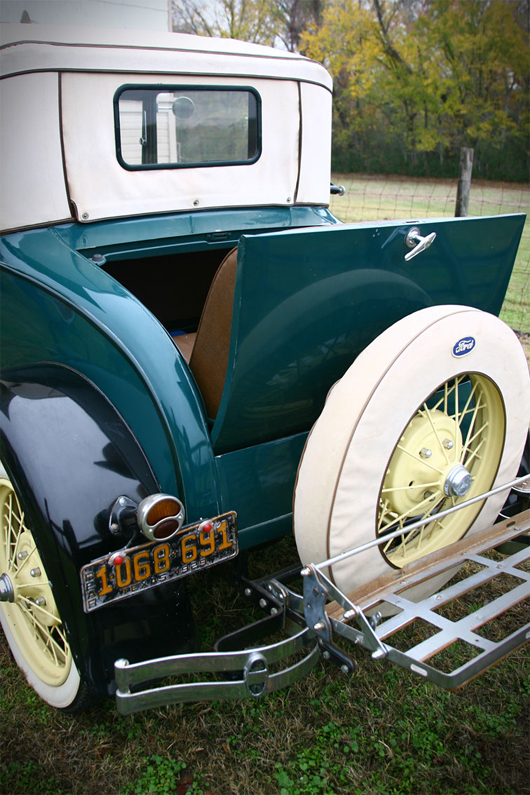 Close-up of rumble seat, Roy Gay's 1929 Model A. A&S image.