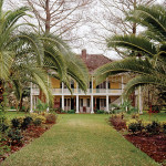 Built in the late 1700s, the plantation house was expanded in 1827. Image courtesy Neal Auction Co.