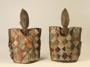Coppia di gemelli ibeji con vesti di perline, Yoruba (Nigeria), legno, stoffa, perle di vetro, altezza cm 25, stima 2000-2500 euro, courtesy Cambi Casa d'Aste