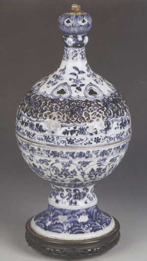This Chinese blue and white vase, based on an Islamic metal prototype, is one of the highlights of Duke's sale of Asian art in Dorchester on May 10. Image courtesy of Duke's.