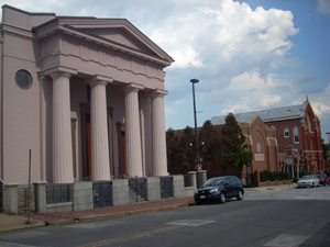 The Jewish Museum of Maryland is flanked by the Lloyd Street Synagogue on the left and the Chizuk Amuno Synagogue on the far right. Image courtesy Wikimedia Commons.