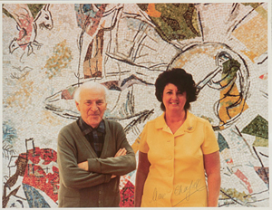 Artist Marc Chagall pictured with Annabelle Wiener, director of volunteers for World Federation of United Nations Associations, in front of his United Nations mural in New York, 1967. Image courtesy LiveAuctioneers.com Archive and Early American History Auctions.