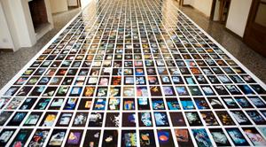 Mario Schifano, Senza titolo, fotografia ridipinta, 10 x 15 cm, 1985-1995. Courtesy Giorni Felici a Casa Testori, 20 ARTISTI per 20 ARTISTI.