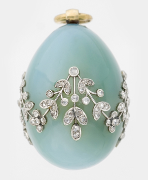 House of Fabergé, Mikhail Perkhin, workmaster, Miniature Easter Egg Pendant, undated, chalcedony, gold, diamond. Virginia Museum of Fine Arts, Richmond. Bequest of Lillian Thomas Pratt (photo: Travis Fullerton. © Virginia Museum of Fine Arts)