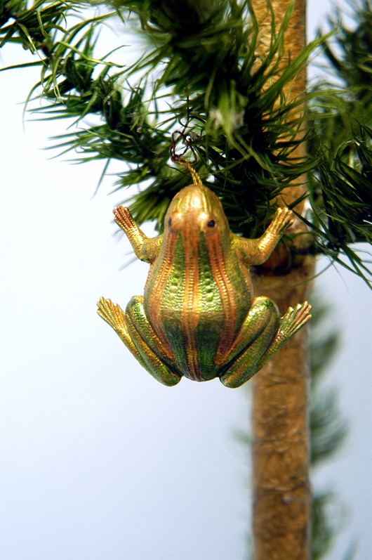 Gold and metallic paints make this Dresden frog shine with iridescence. It fetched $900 (on the hammer) at the November 2005 Bertoia Auctions sale. Photo courtesy Bertoia Auctions.