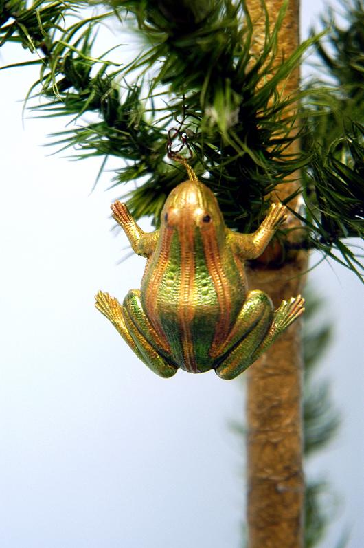 Goldene und metallische Farben lassen diesen Dresdener Frosch in allen Regenbogenfarben schillern. Er wurde auf der Bertoia Auktion im November 2005 für 900 $ (€ 693) verkauft. Foto mit freundlicher Genehmigung von Bertoia Auktionen