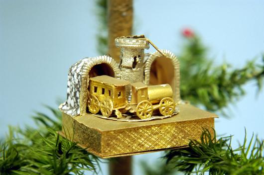 Ein Top Preis für Dresden Ornamente wurde für dieses ungewöhnliche Ornament erreicht, welches einen Berg umrundenden Zug darstellt, der in den Tunnel einfährt. Es wechselte auf der Bertoia Auktion im November 2010 für 10.000 $ (€ 7700) den Besitzer. Foto mit freundlicher Genehmigung von Bertoia Auktionen