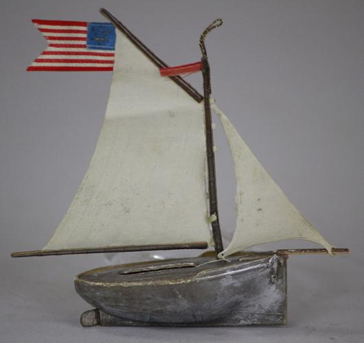 Ein deutsches Ornament für den amerikanischen Markt hergestellt: Dieses silberne Dresdener Segelboot mit der US amerikanischen Flagge brachte auf der Bertoia Aution im September 2012 1600 $ (1232). Foto mit freundlicher Genehmigung von Bertoia Auktionen