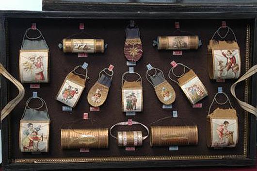 Eine Rarität auf der Bertoia Auktion 2008 angeboten: Der Musterkoffer eines Vertreters mit drei vollständig gefüllten Fächern mit Dresden Ornamenten wurde für 7000 $ (€ 539) verkauft. Foto mit freundlicher Genehmigung von Bertoia Auktionen