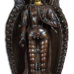 Figura di Bodhisattva eretta in rame parzialmente dorata turchese corallo e specchio, cm 47,5 Cina, Dinastia Qing, marcato con i quattro caratteri Qianlong e del periodo, altezza cm 47. Courtesy Cambi Casa d'Aste, Genova.