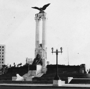 The monument to the USS Maine in Havana photographed circa 1930. Image published according to terms of the Free Art License.