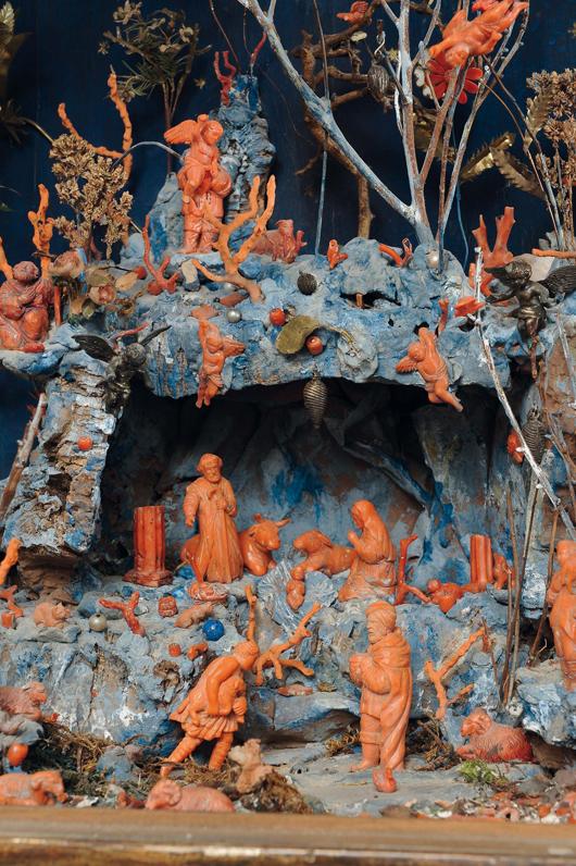 Lotto 252, Presepe in corallo entro teca in legno intagliato e dorato, Sicilia XVIII secolo, cm 60 x 38 x 80, stima €10.000-12.000, Courtesy Cambi Aste Genova.