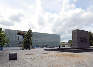 The Museum of the History of Polish Jews building nearing completion, with the Monument of the Ghetto Heroes in the foreground. Image by mamik / fotopolska.eu. This file is licensed under the Creative Commons Attribution-Share Alike 3.0 Unported license.