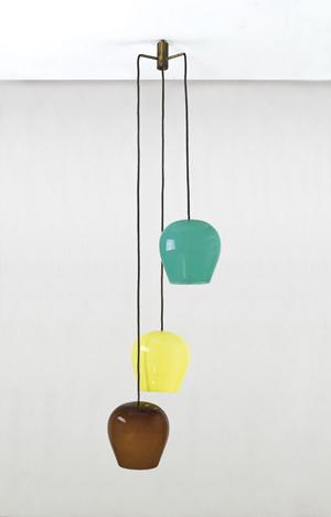 Massimo Vignelli, Lampada a sospensione a tre pendenti in ottone e vetro colorato, Venini, 1956 circa, h cm 170, diffusore cm 26, stima €1.800-2.200, courtesy Della Rocca Torino