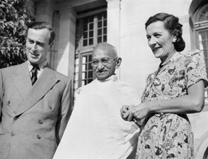 Viceroy of India, Lord and Lady Mountbatten with Mahatma Gandhi in 1947. Imperial War Museum photo, courtesy of Wikimedia Commons.