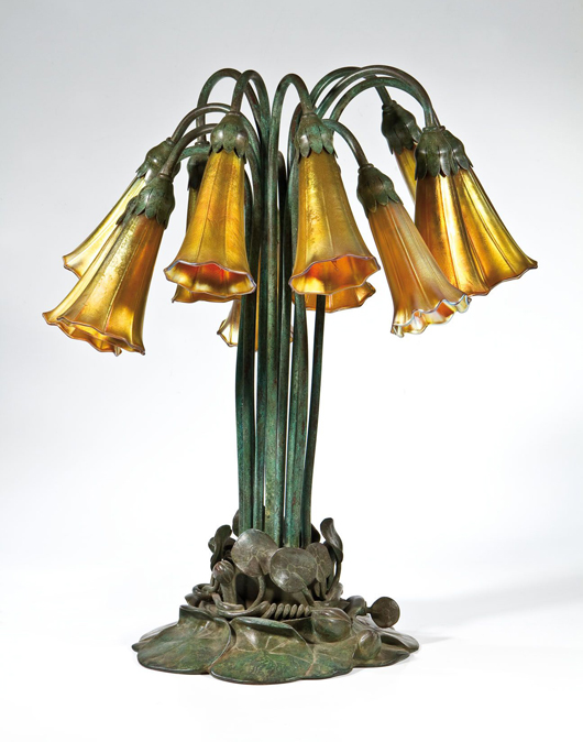 Los 445 in der anstehehnden Dr. Fischer Glassauktion im Schwarzwald, eine Louis Comfort Tiffany Tischlampe mit Namen 'Pond Lily', circa 1900. Foto mit freundlicher Genehmigung von Fischer.