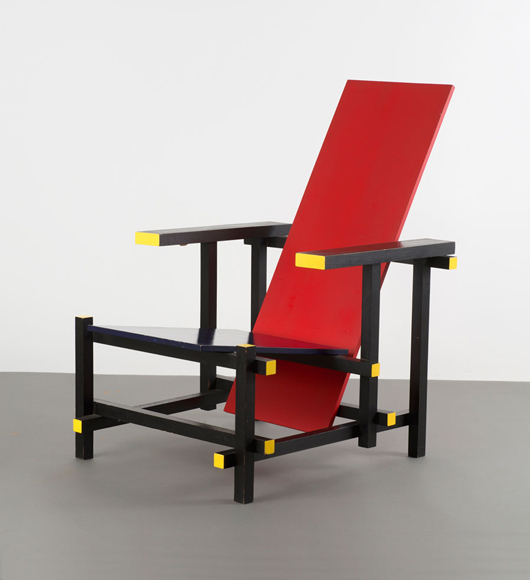 Dieses 1918er Buntholz Red and Blue Chair von Gerard A. van de Groenekan, wird am 18. Juni bei der Quittenbaum Designauktion in München versteigert. Foto mit freundlicher Genehmigung von Quittenbaum Kunstauktionen.