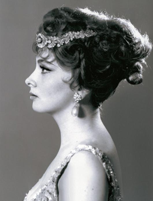 Schauspielerin Gina Lollobrigida trägt diese natürlichen Perlenohrringe, welche einen Rekordpreis bei Sotheby's Genf erzielten. Foto mit freundlicher Genehmigung von Sotheby's.