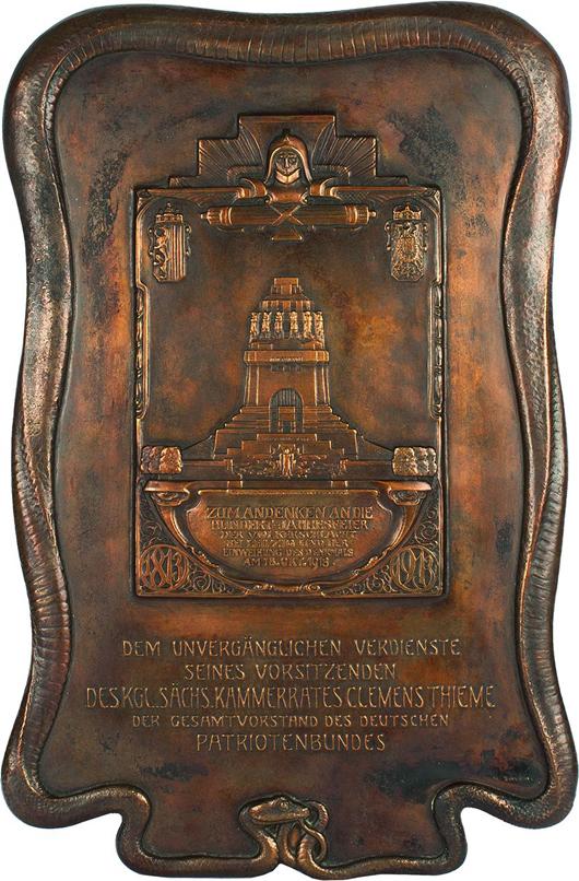 Die bronzene Jugenstil-Tafel wurde 1913 von Hermann Schöne hergestellt und dem Völkerschlachtdenkmal Archtitekt Clemens Thieme übergeben. Foto mit freundlicher gehnehmigung von Leipziger Münzhandlung und Auktionshaus Heidrun Höhn.