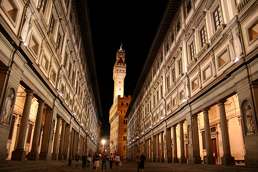 Night view of the 16th-century Galleria degli Uffizi in the historic center of Florence, Italy. May 25, 2006 photo by Chris Wee, licensed under the Creative Commons Attribution 2.0 Generic license.