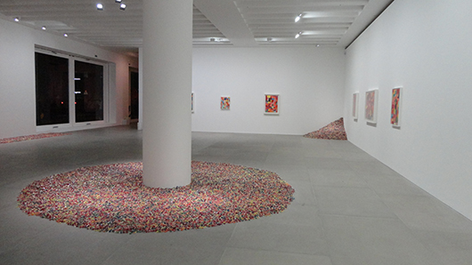 Piles of sweets by the late artist Feliz Gonzales-Torres share gallery space with abstract canvases by Damien Hirst at the 'Candy' show staged by London dealers Blain Southern to coincide with Frieze week in October. Image: Auction Central News.