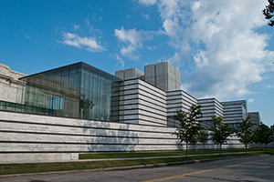 The new East Wing of the Cleveland Museum of Art, viewed from East Boulevard. Courtesy of Rafael Viñoly Architects. Photo credit: Brad Feinknopf, 2009.