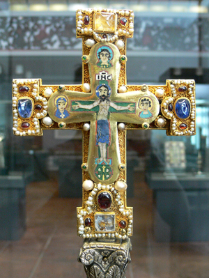 Cross from the Guelph Treasure held by the Bode Museum, Berlin. Image courtesy of Wikimedia Commons.