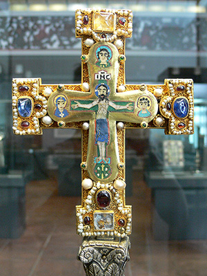Cross from the Guelph Treasure (Bode Museum, Berlin). Image courtesy of Wikimedia Commons.