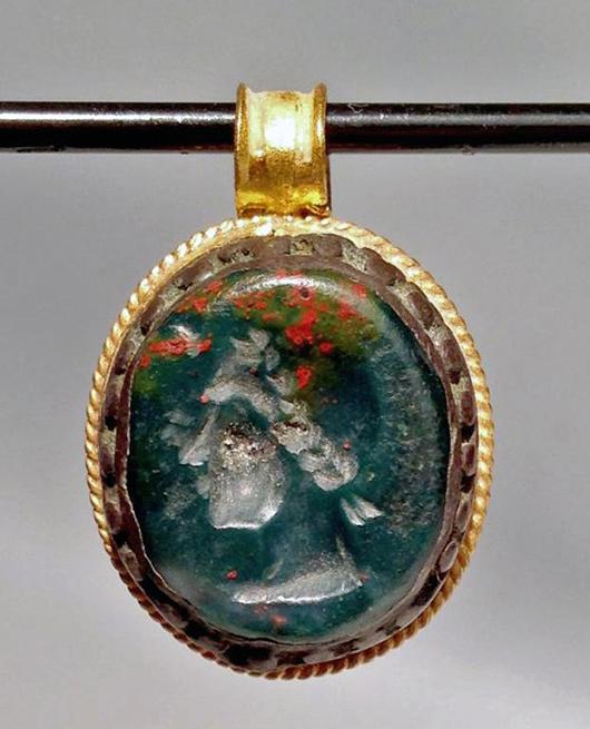 Roman gold pendant with stone intaglio, circa 27 B.C.-A.D. 565. Estimate: $750-$1000. Artemis Gallery Live image.