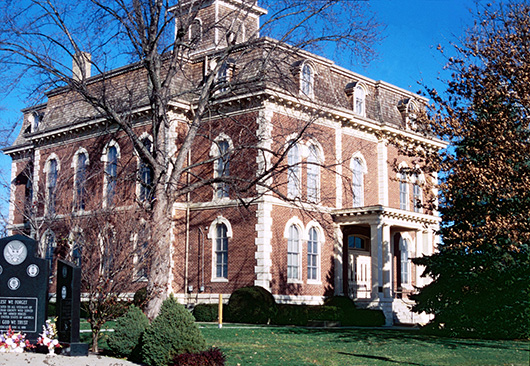 The Effingham County Courthouse in Illinois. Image by Gerald Roll, courtesy of Wikimedia Commons.